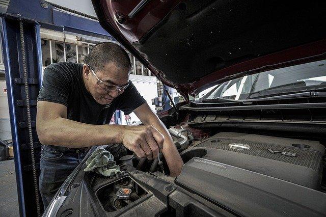 automechanik u motoru