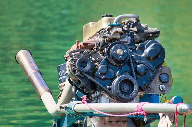 motor lodí