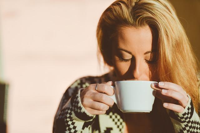 Žena pijící kávu
