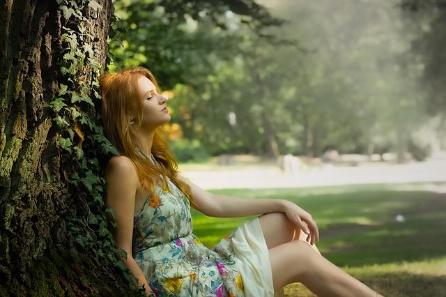 žena v šatech u stromu