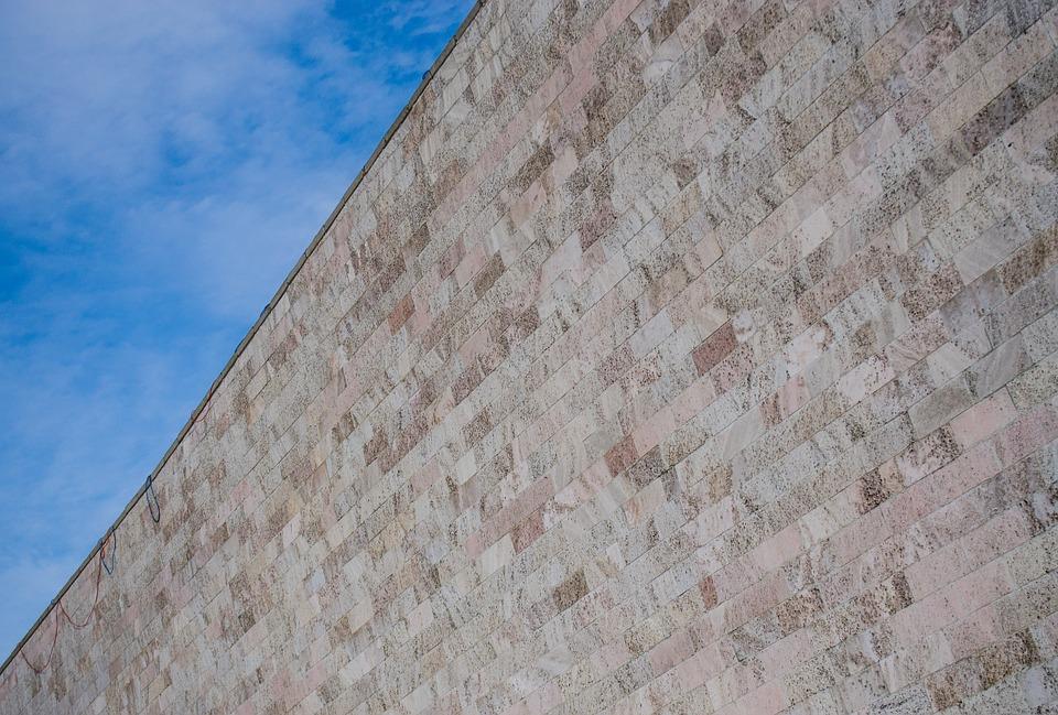 vysoká zeď